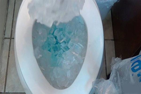 Dùng đá lạnh