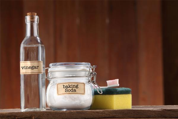 Giấm và Baking Soda, dung dịch tẩy rửa quen thuộc của hội anh chị em bếp